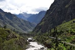 火车向跑通过风景风景的马丘比丘 免版税库存图片