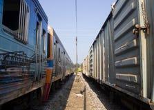 火车和卡车是平行的公园在火车站 免版税库存图片