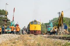 火车和反向铲工作者改善建筑 库存图片