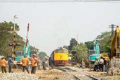 火车和反向铲工作者改善建筑 图库摄影