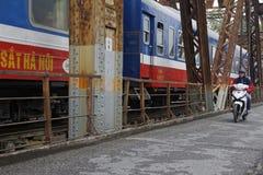 火车和自行车在长的比恩桥梁 库存图片