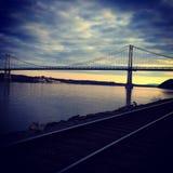 火车在桥梁附近跟踪 库存照片