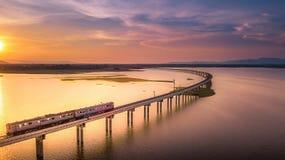 火车在河Pa Sak的桥梁跑的鸟瞰图 库存图片