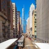 火车在街市芝加哥IL 图库摄影