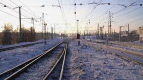 火车在路轨冬天晴朗的早晨之前移动 股票录像