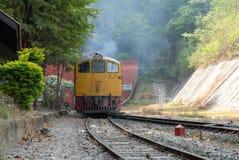 火车在铁路撞上隧道 免版税库存照片