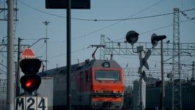 火车在铁路 红色红绿灯 许多铁路轨道在背景中 股票视频