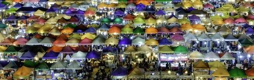 火车市场Ratchada曼谷泰国 夜市场 Coulour fu 库存图片