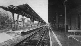 火车平台 单色风景 免版税库存图片
