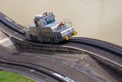 火车旁边巴拿马运河米拉弗洛雷斯 免版税库存照片