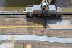 火车旁边巴拿马运河米拉弗洛雷斯 免版税图库摄影