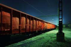 火车无盖货车在晚上 免版税库存照片
