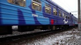 火车明确的通勤者到达到莫斯科 股票视频