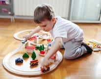 火车是男孩最好的朋友 免版税库存照片