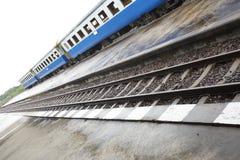 火车来路不明的飞机 免版税图库摄影
