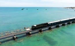 火车桥梁在海 免版税库存照片