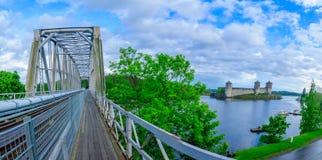 火车桥梁的看法和Olavinlinna在萨翁林纳防御 免版税库存图片