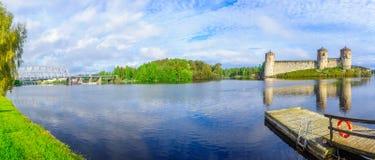 火车桥梁的看法和Olavinlinna在萨翁林纳防御 免版税库存照片