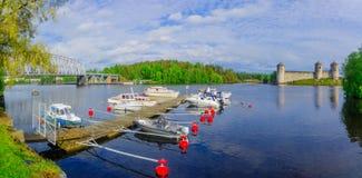 火车桥梁的看法和Olavinlinna在萨翁林纳防御 库存照片