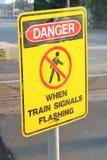 火车横穿和警告投稿 免版税库存图片