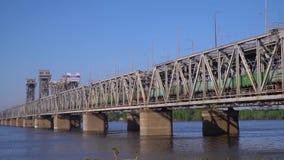 火车横跨在河的桥梁移动 股票视频