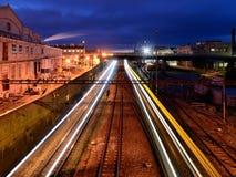 火车灯光管制线在一个工业区 免版税库存照片