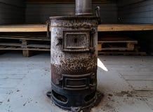 火车热化的老生锈的煤炭火炉 库存照片