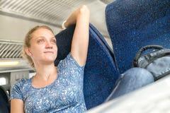 在火车放松的妇女 库存图片