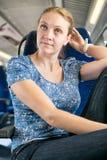 妇女改正了她的在火车的头发 库存图片