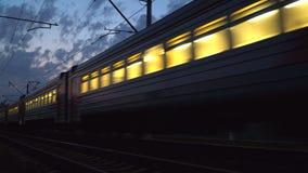 火车的夜运动在一个铁路联轨点的 影视素材