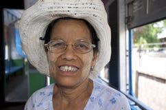 火车的妇女在城市附近 免版税库存图片