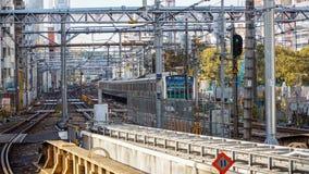 火车的早晨视图在日本折磨 免版税库存照片