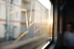 火车的窗口有题字的在光芒 免版税库存图片