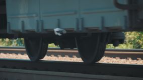 火车的轮子由铁路 在路轨的无盖货车移动 股票视频