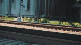 火车的轮子由铁路 在路轨的无盖货车移动 股票录像