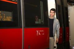 火车的年轻人,站立在门户开放主义的treshold 库存照片
