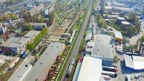 火车移动由沿一个工业区的铁路与大厦和仓库 ?? 股票录像