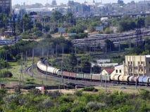 火车穿过城市移动 免版税库存图片