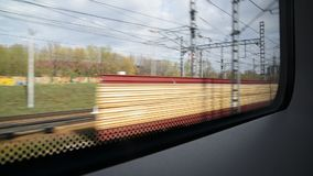 从火车窗口的看法在对列宁格勒驻地的入口 股票视频