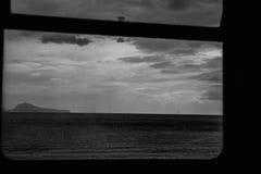 从火车窗口的黑暗的看法 库存图片