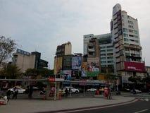 火车站、公共汽车人群和竞选广告牌正面图  库存图片
