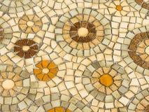 火车站光守卫显示 在圈子样式的陶瓷砖安排在水泥地板上 库存图片
