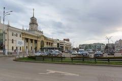 火车站和火车站在一个多云春天晚上摆正 图库摄影