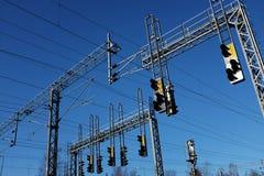 火车站和线与电定向塔反对天空 库存图片