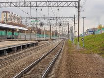 火车站和路轨火车的 俄罗斯,莫斯科, 2017年10月 免版税图库摄影