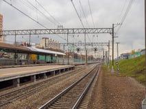 火车站和路轨火车的 俄罗斯,莫斯科, 2017年10月 免版税库存照片
