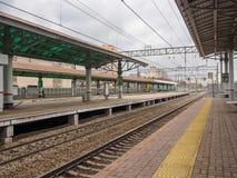 火车站和路轨火车的 俄罗斯,莫斯科, 2017年10月 免版税库存图片