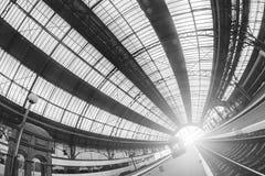 火车站在利沃夫州,乌克兰 设计类似于火车站在米兰,意大利 在美丽的鸟云彩之上颜色及早飞行金子早晨本质宜人的平静的反映上升海运一些星期日 库存图片