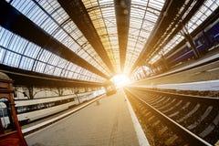 火车站在利沃夫州,乌克兰 设计类似于火车站在米兰,意大利 在美丽的鸟云彩之上颜色及早飞行金子早晨本质宜人的平静的反映上升海运一些星期日 免版税库存照片