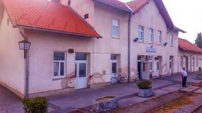 火车站大厦在普莱泰尔尼察,斯拉沃尼亚地区 库存图片